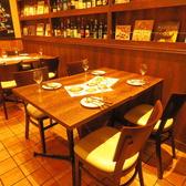 ワイン棚の横の3~4名様テーブル。女子会、友人同士の食事・飲み会にぴったり♪