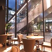ガラス張りの大きな窓ガラスから日の光が差し込み、ゆったりとくつろげるお席です。