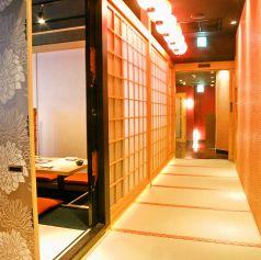 店内は京都を感じる和風なくつろぎ空間。落ち着いた大人の雰囲気で大切なひとときをお過ごしください。店内に入り、朱色の橋としだれ桜がお客様をお出迎え致します。東京駅より徒歩2分の立地にありながら、都会の騒がしさを一気に忘れさせてくれる和の空間となっております。