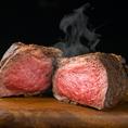 3日間熟成させた当店大人気の厳選牛のローストビーフ!お肉に旨みがギュッと閉じ込められるように高温の炭火で焼いております!お肉本来の味をお楽しみ頂けます!もちろん食べ放題でご提供致しております!お肉を心ゆくまでご堪能くださいませ♪