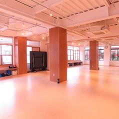 レンタルスペースのご案内です。 床はタップやダンスに最適なリノリウムを使用。 壁には鏡もございます。 スペース内はお食事不可。 運動時のお飲物は、必ずキャップつきのものでお願いしております。 イベントの無いときは、卓球台を置いております。