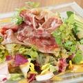 料理メニュー写真黒毛和牛炙りサラダ ゆずみそドレッシング