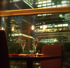 東京駅の夜景が目の前に広がります!落ち着いたシックな雰囲気でディナーを楽しみませんか?キラキラと光り輝く東京丸ノ内の夜景を見ながらお食事を…