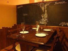 個室内のテーブル席。黒板の絵は料理長が描きました!