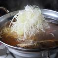 【つゆしゃぶの美味しい食べ方・2】アゴ出汁にたっぷりの葱を入れてしばし待つ…。たっぷり入れるのがポイントです。