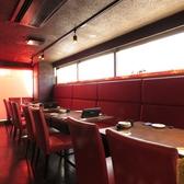 赤と黒を基調としたテーブル席!