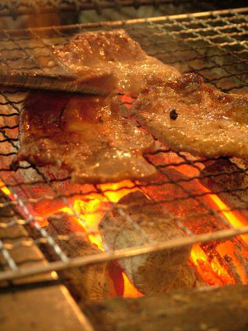 名物牛タンは3日間秘伝のタレに漬込み、味を染み込ませて強火でさっと焼き上げます。
