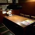 2階6名用テーブル席。仕切りあり。