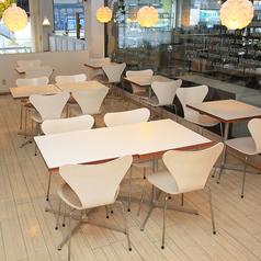 フロア上段のテーブル席(4名用×3卓)。フロア下段のテーブル席(4名用×2卓)