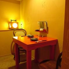 2階テーブル個室。お祝いや顔合わせ等にも人気のお部屋となっています。お座敷の半個室もございます。