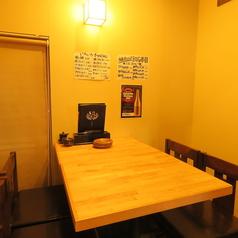 4名半個室テーブル×1卓ございます。テーブルで半個室となっておりますのでゆっくりお寛ぎいただけます。