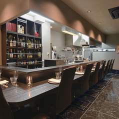 カウンターは全11席ご用意がございます。お一人のお客様や並んでお食事を愉しまれる方にはぴったりのお席となっております。