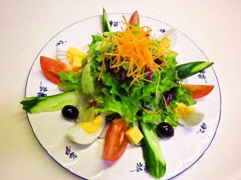 店の隣には農園。農薬を控え有機肥料で育てた野菜や地元のこだわり野菜で旬を味わう。