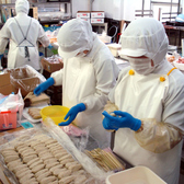 安心・安全・美味しいを低価格で提供!8種のスパイスと天然コラーゲンを練り込み、繊維を確認しながら毎日一本一本手ごねし、生から焼き上げた生つくねは人気の一品。(自社生産工場で毎日手ごねしています)