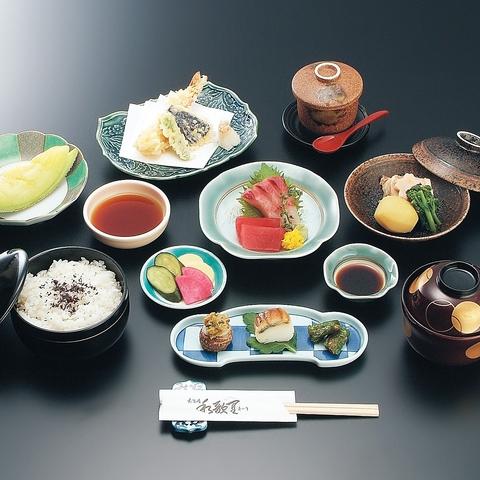 新鮮で安全なお食事を、落ち着いた和の雰囲気で季節の料理が楽しめる。