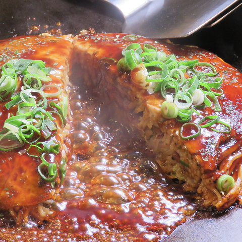 広島風・関西風のお好み焼や鉄板焼きなどお店自慢の鉄板で調理しています