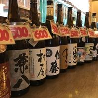 カウンターにズラリと並ぶ焼酎は売り切れ御免の500円