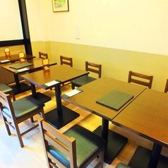 仕切りをつければ半個室にも◎靴を脱がないテーブル席も人気。