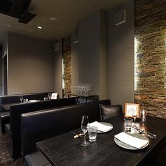 テーブルは4名様掛けテーブルを2卓ご用意しております。テーブル席は全席ソファのお席となっておりますので、ゆったりと食事をお愉しみいただけます。