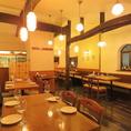 【2階】テーブルレイアウト変更可◎人数に応じて最適なお席をご用意しますので、少人数でのお食事や宴会などでも気軽にご利用いただけます!