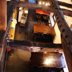 天井から見た店内空間。木の温かみが楽しい宴を演出します。