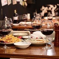 レトロな雰囲気なイメージの開けたレトロ空間に存在するオシャレなテーブル席は4名様用のテーブルを連結して最大18名様迄のご宴会が可能です♪中規模のご宴会・飲み会などに最適◎