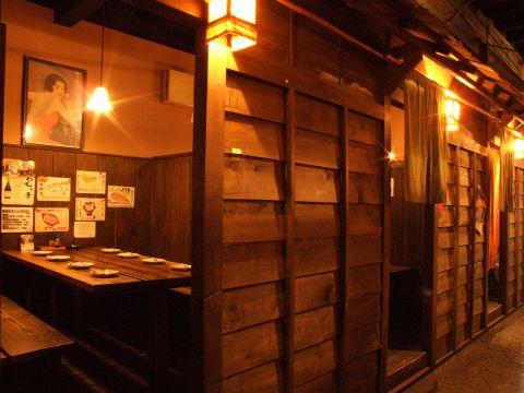 料理もお酒も何でも324円!昭和初期のレトロな雰囲気の店内は懐かしい魅力がいっぱい