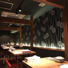 黒を基調とした壁に、木のテーブル席が広がるお洒落な空間で、焼き鳥食べ放題はいかが?