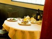 テーブル3名席/椅子や調度品もシックでおしゃれな雰囲気。