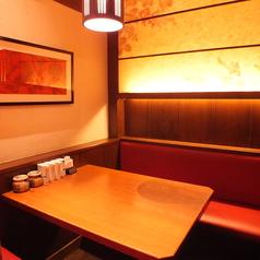 落ち着いたテーブル席。デートにも最適。