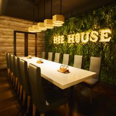 """森の中にあるレストランをイメージした店内には、蜂蜜がたっぷり入った""""ハニーポット""""が全テーブルに常備されています。"""