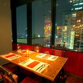 窓際テーブル席や夜景が一望できる人気席です★