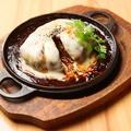 料理メニュー写真煮込みハンバーグのモッツァレラチーズがけ