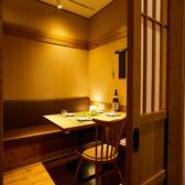 ゆったりとくつろげるテーブル個室空間は、接待などのビジネスシーンはもちろん、デートや少人数の宴会にもご利用いただけます。カップルや女子会でも気軽に入れるような安心感があります。落ち着いてゆっくりと厳選したドリンクと料理をお楽しみください。