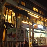 明るく灯る「roomlax cafe」のロゴが目印
