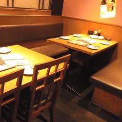 ソファのテーブル席は座り心地抜群♪ごゆっくりお過ごしいただける空間は、友人や家族との食事にぴったりの空間。豊富なフードメニューやアルコール類をご用意しております♪食べ飲み放題コースも多数ありますので、場面に合わせてご利用ください!