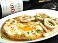 料理メニュー写真フライドエッグのせイカのガーリックソテー