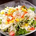 料理メニュー写真温玉とカリカリポテトのシーザーサラダ