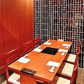 4名様からご利用いただける完全個室席。最大6名様まで可能です。周りを気にせずにプライベートな空間でゆっくりと過ごしたい方に◎個室のご用意は1部屋のみとなるので、ご希望の際はお早めのご予約がオススメです。 東京駅/すき焼き/しゃぶしゃぶ/焼肉/接待/会食/個室/宴会/貸切/デート/和食/伊勢肉/ステーキ/ランチ/老舗