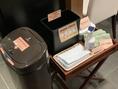 もし店内で粗相をしてしまった時のために、タオルやウンチ用ゴミ箱(密封タイプ)を設置。ご自由にご利用いただけます。