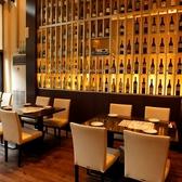 壁際にずらりとワインが並ぶ!お料理に合う、おすすめのワインをこの中から是非!リーズナブルな価格も好評♪