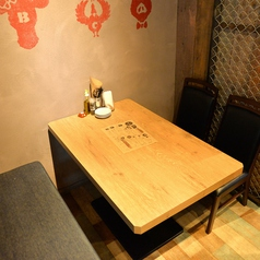 仕切りを設けた4名テーブルが並ぶ半個室空間。