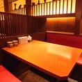 落ち着いた雰囲気を感じられるテーブル席はカジュアルながらも洗練された空間。