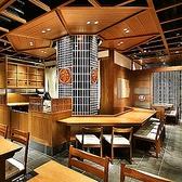 お1人様でもゆっくりとお食事をお楽しみいただける人気のカウンター席。木のぬくもり溢れるインテリアが特徴的です。デートでのご利用にも最適です。当店自慢の絶品お料理とこだわりのお酒を心ゆくまでご堪能下さい。 東京駅/すき焼き/しゃぶしゃぶ/焼肉/接待/会食/個室/宴会/貸切/デート/和食/伊勢肉/ステーキ/ランチ