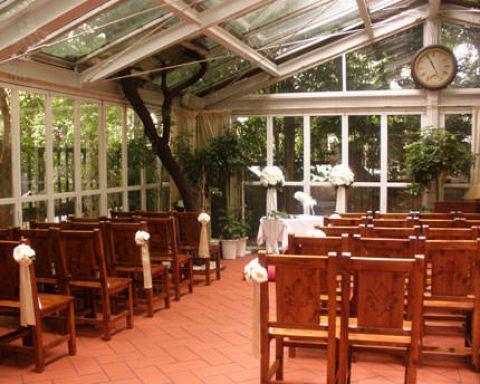 結婚式をご検討されている場合には、ガラス張りのテラスにてチャペルフロアをご用意いたします。全館貸切のため、ご希望内容に合わせてセッティングいたします。