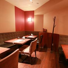 2名テーブルが3卓あるボックスタイプのお席です。最大10名様までご利用頂けます。小規模宴会から大規模なご宴会まで、様々なシーンに対応可能です。各種ご宴会、友人知人とのお食事などの際には、是非ご利用ください。(神保町/宴会/飲み会/接待/居酒屋/記念日/個室)