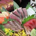 市場直送の「刺身の盛り合わせ」は開店当時からの大人気メニューでコスパ最高です。