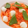 料理メニュー写真三谷牧場金のモッツァレラとバジルのトマトソース