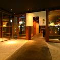 店内に入って、まずお客様が口を揃えておっしゃるのは、入口に整えた庭園のような砂。京都のお寺をイメージした和テイストの空間が広がっております。