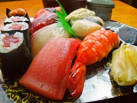 毎日仕入れられた新鮮でおいしい魚で握られたお寿司は絶品。おいしいお酒と共に。